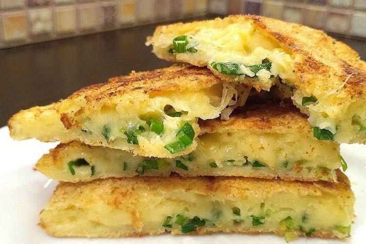 Сырные лепешки с яйцом и зеленью