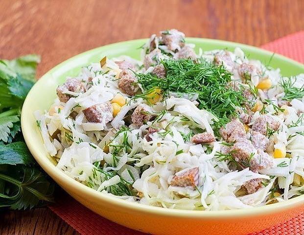 Простой но очень вкусный салат с сухарями. Для любителей несложных салатов