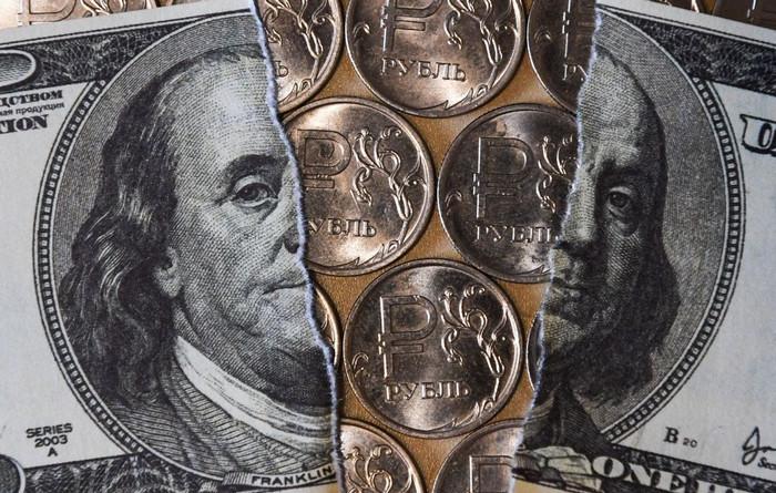 Россия избавляется от «удушающего захвата»: На Западе оценили успех Москвы в отказе от доллара