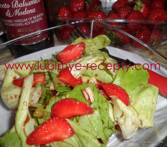 рецепт зелёный салат с клубникой, чесноком, мёдом