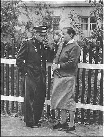Юрий Гагарин и его мать Анна Тимофеевна
