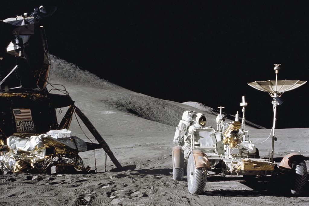 В лунные экспедиции НАСА отб…