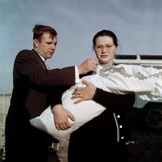 Юрий Гагарин с супругой Валентиной и дочкой Галей