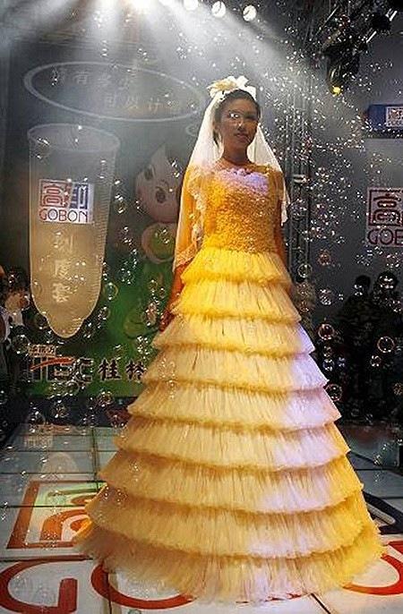 свадебное платье из кондомов