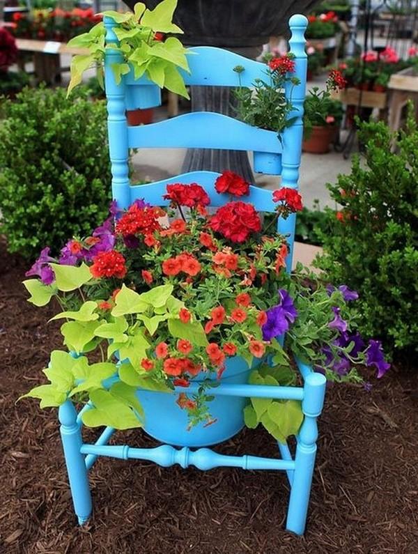 Вазон с цветами в старом стуле