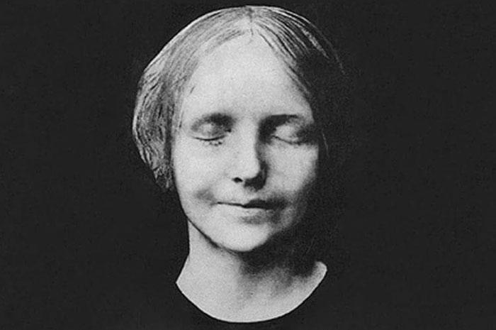 inconnue-de-la-seine-unknown-woman-death-mask-cpr-doll-8-5d42e4b71f9a9__700.jpg