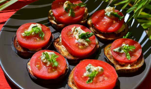 Вкуснейшая закуска из баклажан и помидор. Пальчики оближешь