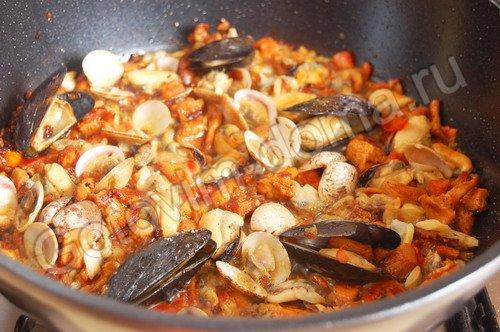 Морепродукты с лисичками и чесноком