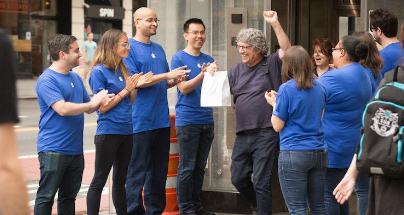 В Нью-Йорке поставили фальшивый Apple Store, и к нему выстроилась очередь за айфонами