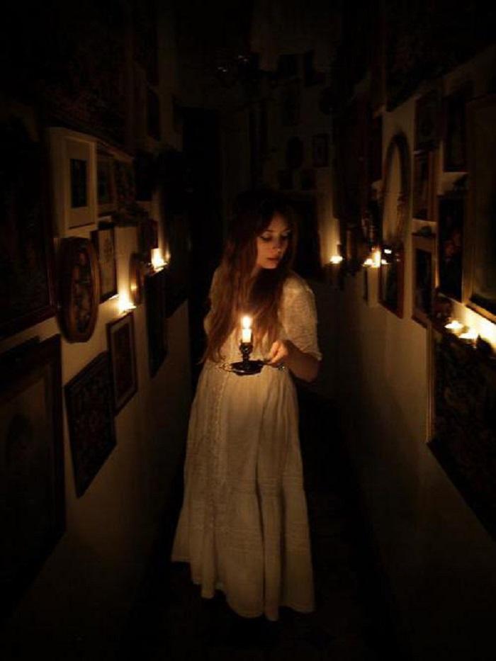 «Держать свечку» - что значит и откуда пошло это выражение
