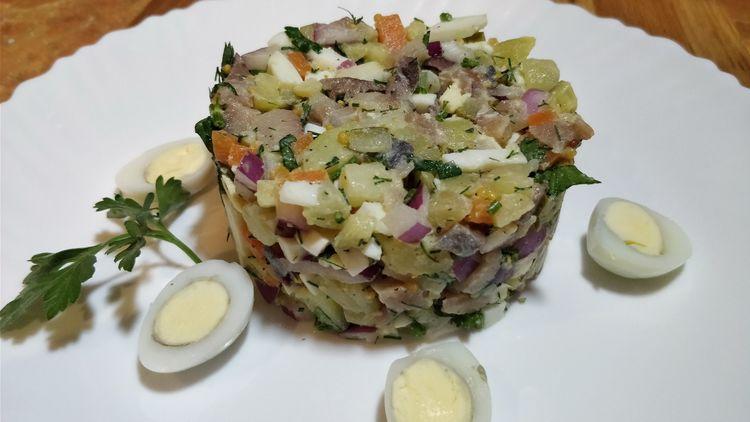"""Новогодний салат """"Прибой"""" и как быстро разделать сельдь"""