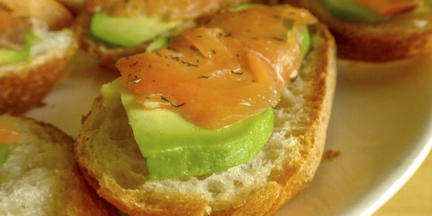рецепты быстрых блюд: тартинки с сёмгой и авокадо