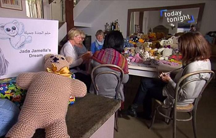 Пожилая леди из Австралии собрала компанию подруг, чтобы связать тысячи игрушек для сирийских детей