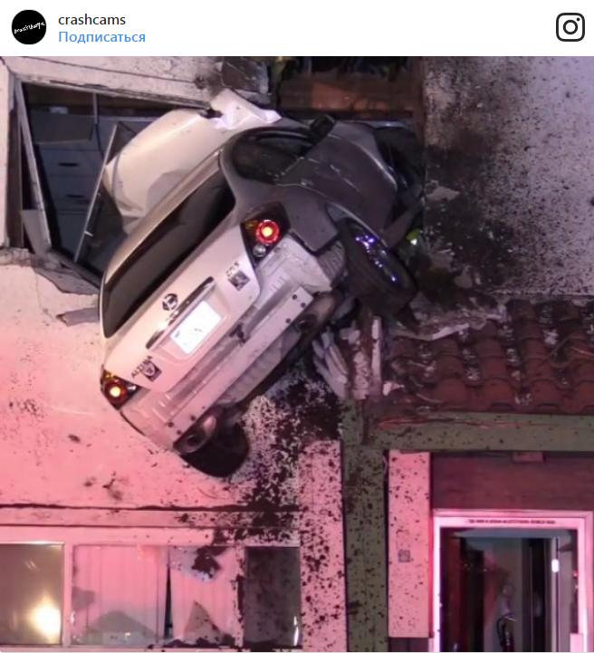 Легковушка «влетела» на второй этаж дома