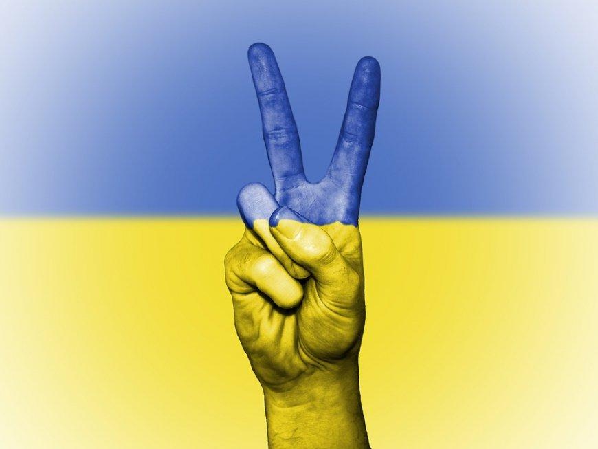 «Толерантный скандал в ЕС»: поляк сорвал герб Украины и выбросил его в помойку