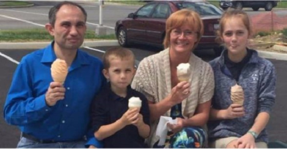 Семья попросила незнакомку сфотографировать их, но она не знала что это фото станет роковым