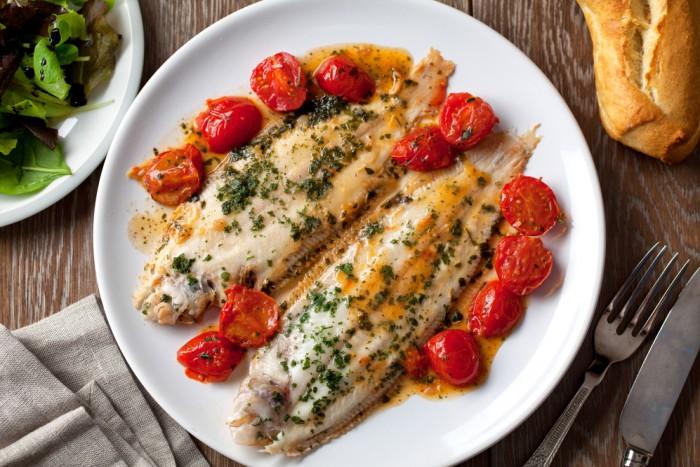 Белая рыба с соусом и овощами: низкокалорийно и вкусно