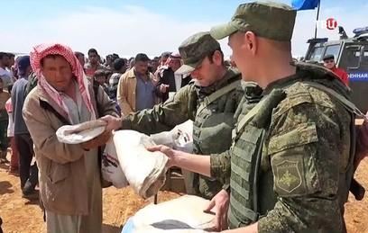 Российские военные развернули медпункт в сирийской деревне