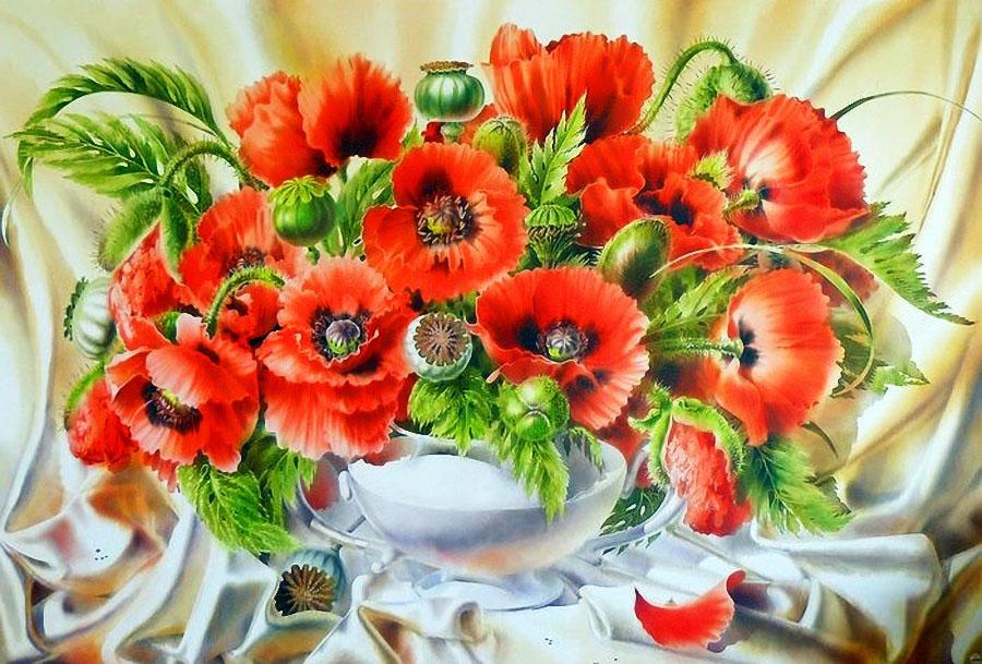 Цветы на шёлк наносит кистью мастер…