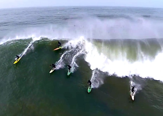 Покорители гигантских волн: серфинг на 10-метровых волнах калифорнийского Маверика, снятый с высоты птичьего полета.