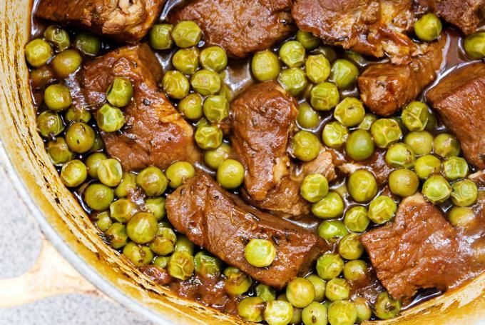 Тушеная говядина с зеленым горошком