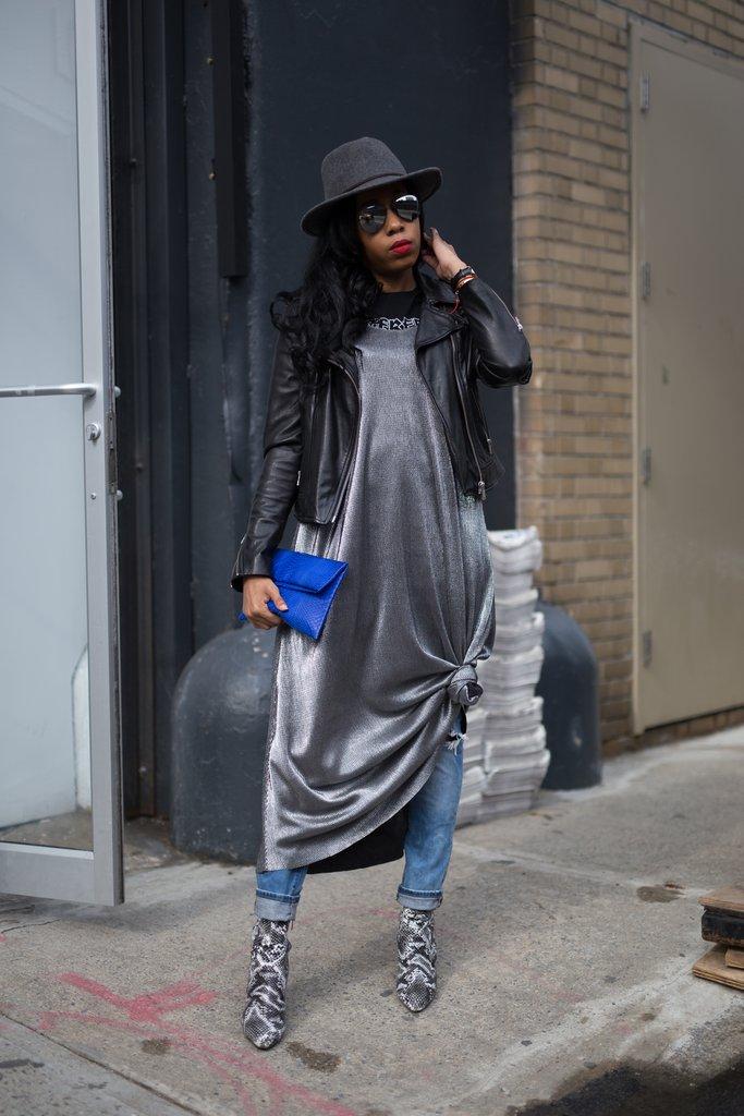 Девушка в джинсах и платье-комбинации