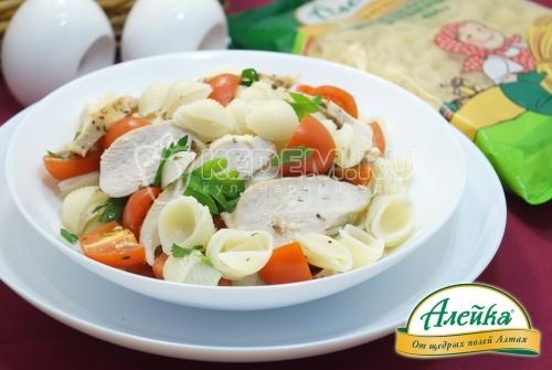 Тёплый салат с макаронами и курицей по-провански