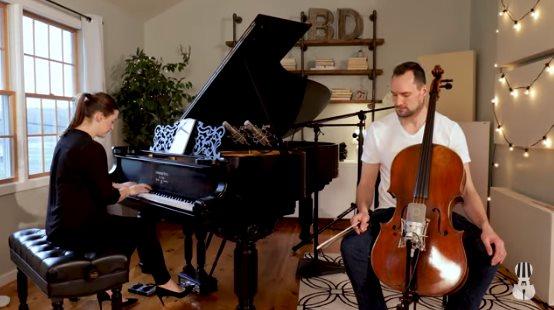 Муж и жена дома сели за свои музыкальные инструменты и стали звездами Сети