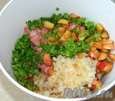 Нарезать петрушку. Соединить её с фаршем, яблоками и луком. Добавить соль, перец по вкусу. Перемешать.