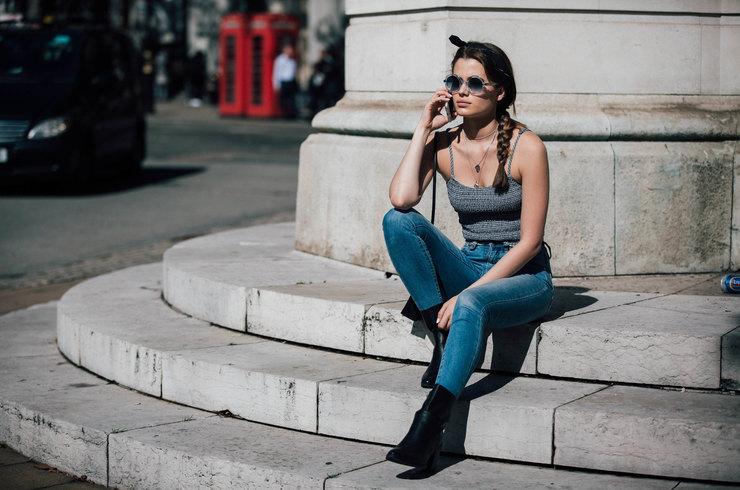 Они вернулись! 3 свежих идеи, как носить зауженные джинсы осенью 2017