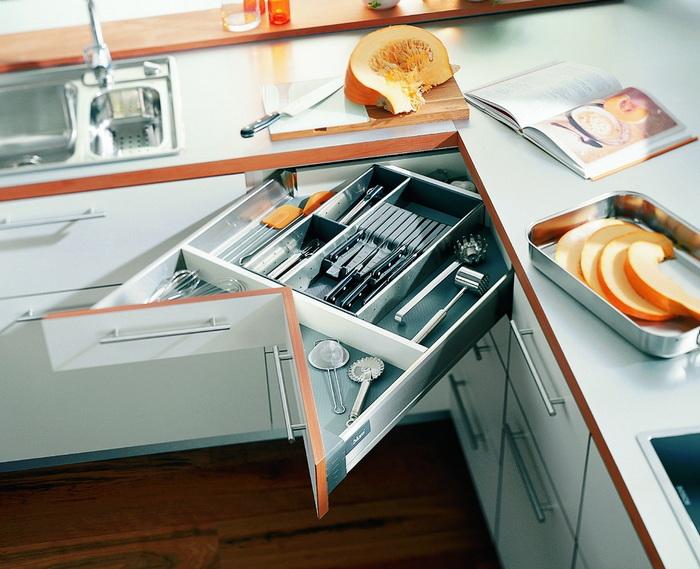 Хранение столовых приборов на кухне.
