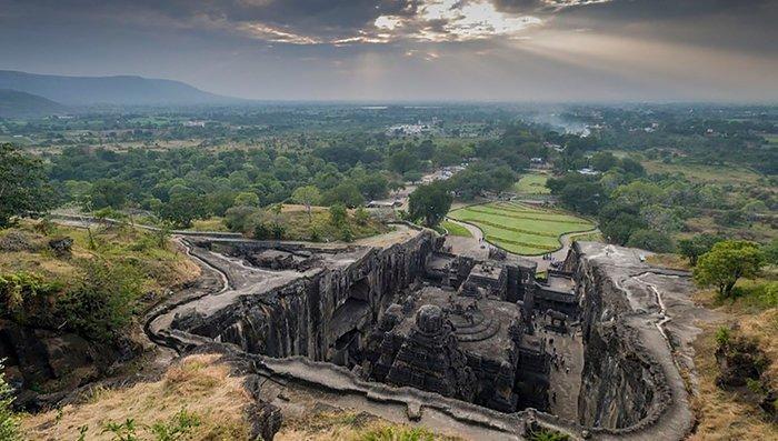 Храм высечен в монолитной, одиноко стоящей скале, причем скальный массив обтесывался сверху вниз без применения строительных лесов Кайласанатха, достопримечательность, индия, скала, фотомир, храм, эллора