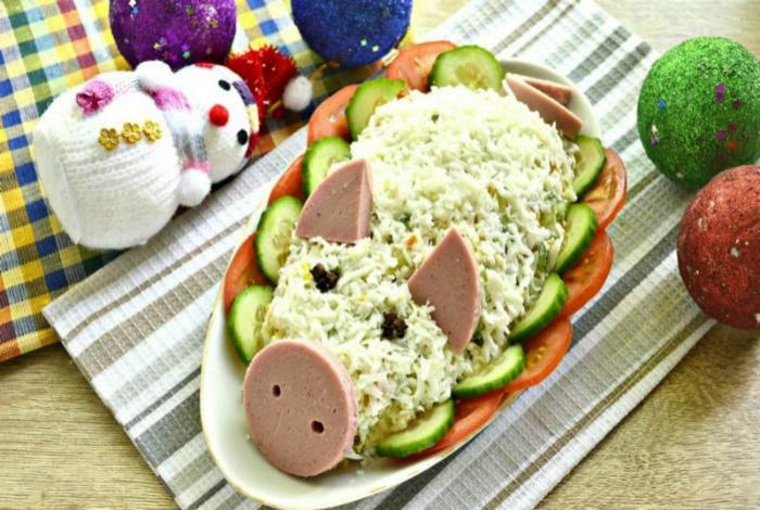 Салат оливье в виде свиньи.