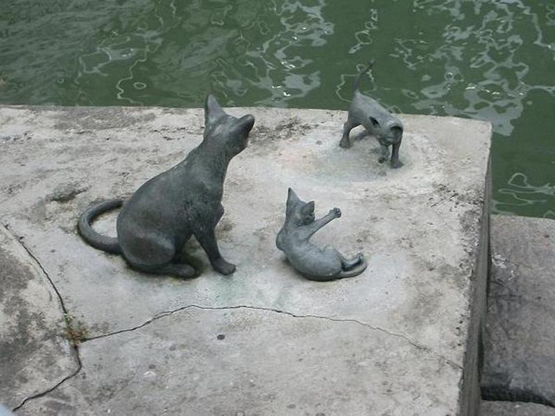 0243 Скульптуры и памятники кошкам