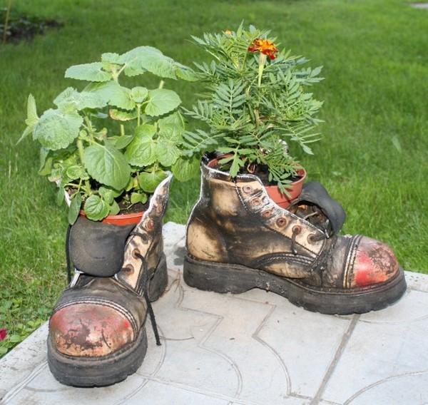 Выращивание цветов в старых ботинках