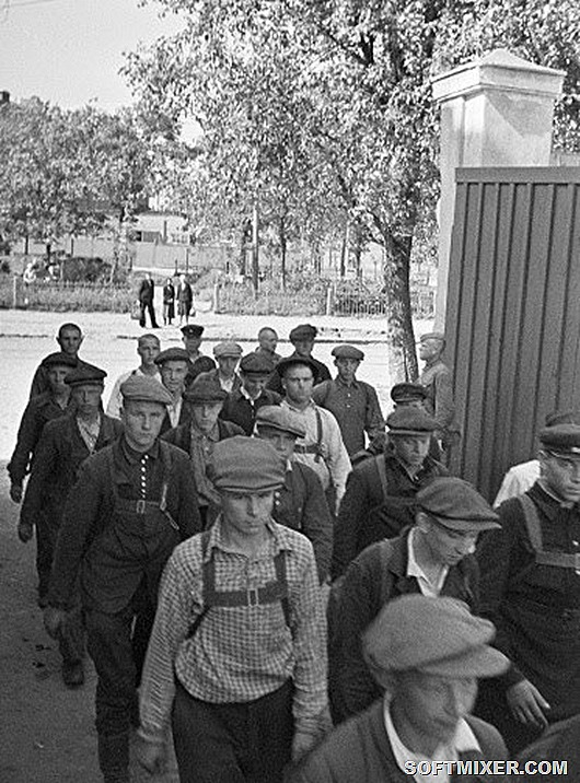 RIAN_archive_662758_Recruits_entering_Voroshilov_Barracks