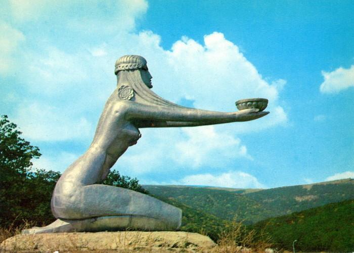Скульптура «Дарящая солнце» в Цахкадзоре.
