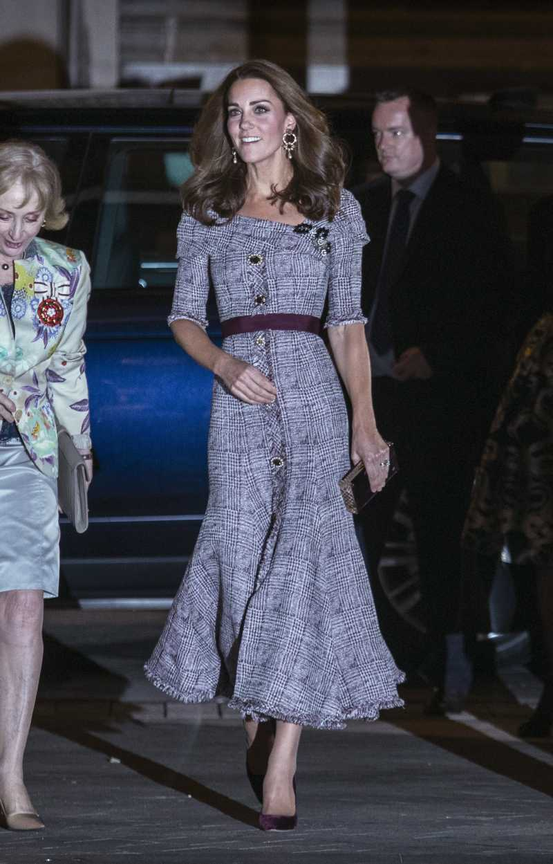 Кейт Миддлтон, вслед за Меган оголила плечи на официальном мероприятии