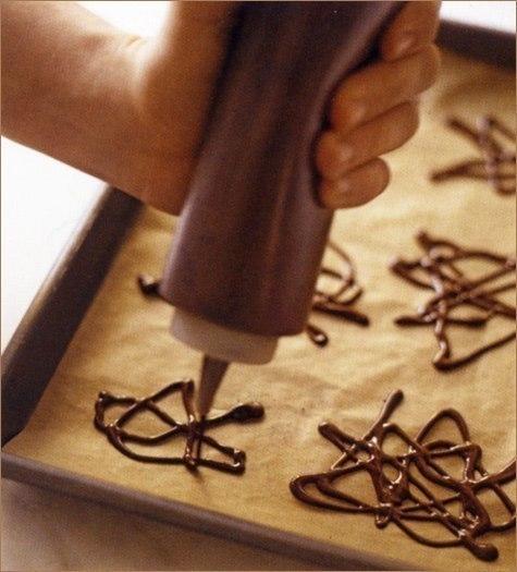 Ты можешь сделать украшение из шоколада. 0