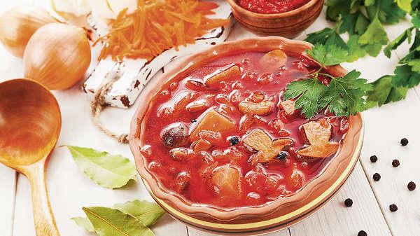 Рецепты от Ани Лорак: оригинальный борщ с черносливом и апельсиновый медовик