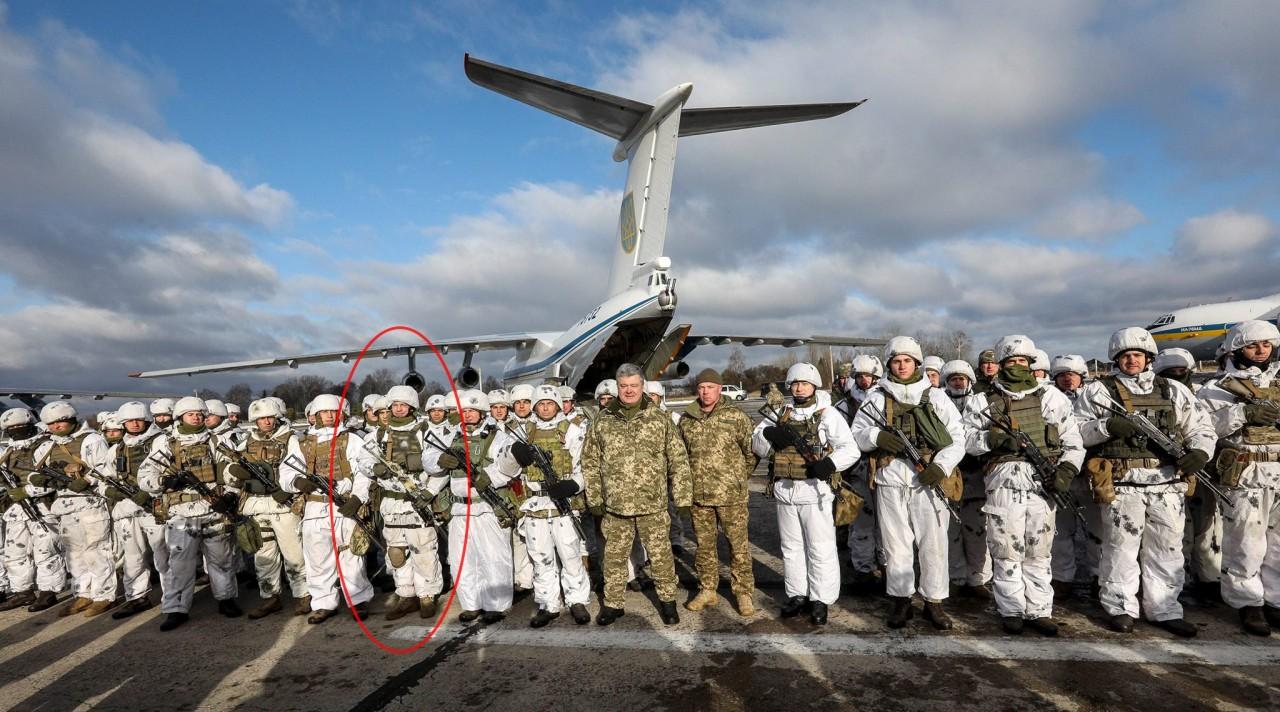 В Сети раскритиковали фотографию Порошенко с носящим эмблему СС военнослужащим