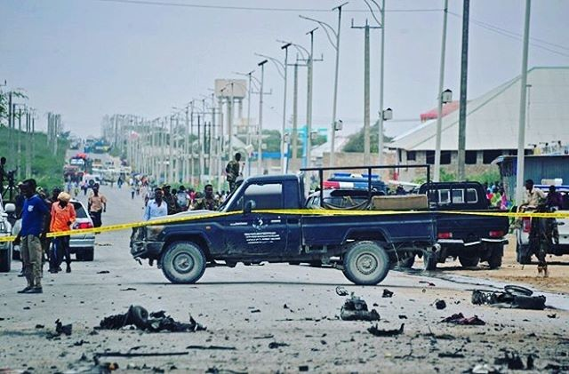 Террористы-смертники часто устраивают взрывы. Этот случился возле здания Министерства Обороны 9 апреля 2017 года Могадишо, жители Сомали, сомали