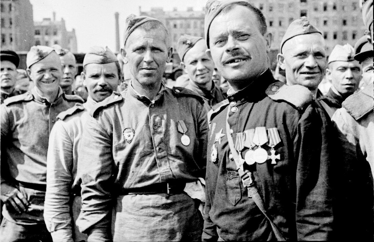 Демобилизованные воины, прибывшие в Ленинград с одним из первых эшелонов. Справа — участник трех войн, гвардии рядовой Вадюхин Ф.Г.. 12 июля 1945 года.