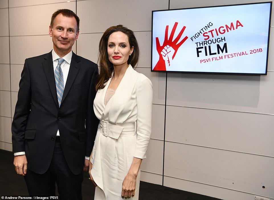 43-летняя Джоли покорила бел…