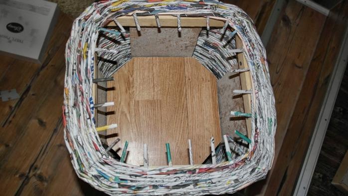 Плетение из газет. Высокое кашпо для комнатного фикуса (12) (700x393, 218Kb)