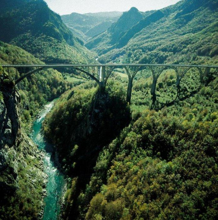 Самый большой в Европе каньон, расположенный на севере Черногории, поражает своими параметрами и может соперничать разве что с Большим Каньоном штата Колорадо в США.