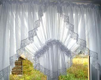 Оформляем окно на кухне: легкие белые шторы.
