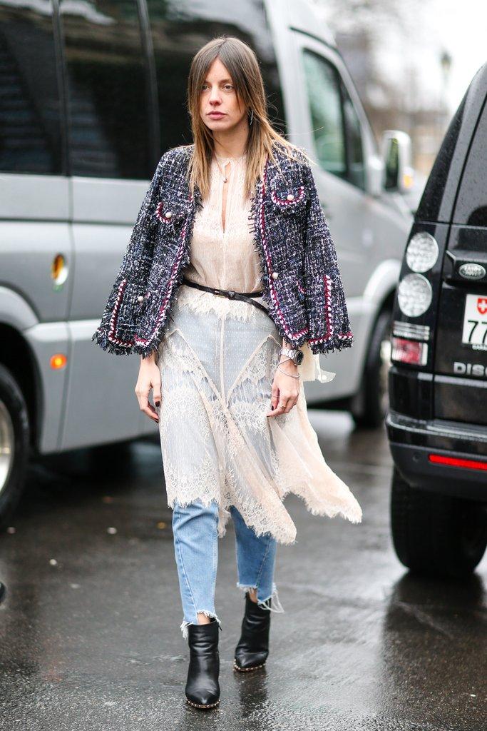 Девушка в джинсах и кружевном платье