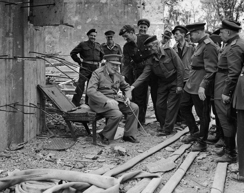 Уинстон Черчилль сидит на том, что осталось от кресла Гитлера. 1945 г. история, люди, мир, фото