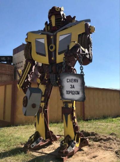 Умельцы из Беларуси сделали фигуру робота из деталей списанного авто